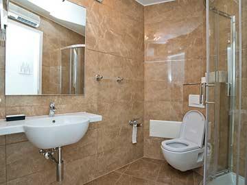 weiteres Badezimmer mit Dusche und WC