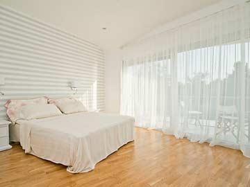 Schlafzimmer 1 - Doppelbett mit Balkon