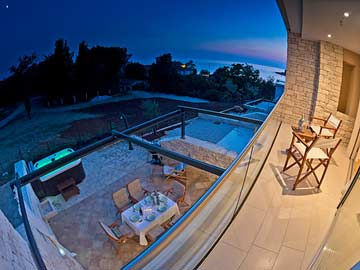 Blick vom Balkon auf die Terrasse