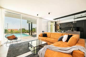 Großes Sofa und Terrassenzugang