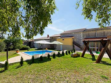 Schöner Garten mit Pool und Schaukel