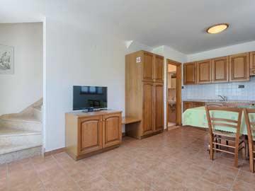 Weiteres Wohnzimmer mit offener Küche