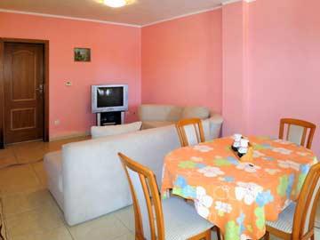 Wohnbereich mit TV und Esstisch für 4 Personen