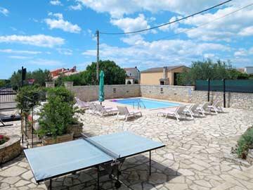 Poolbereich und Tischtennisplatte