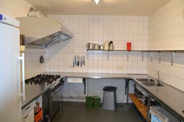 gut ausgestattete Küche mit großem Herd mit Backofen