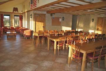 großer Speise- und Aufenthaltsraum mit Sitzecke