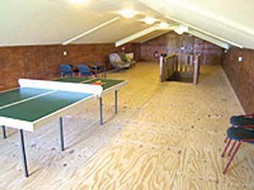 großer Speilraum mit Tischtennisplatte und Sitzecke im DG