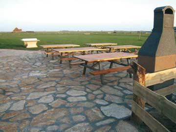 schöne Terrasse mit Grill
