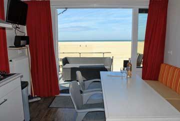 Am Esstisch mit Blick zum Strand