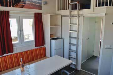 Wohnzimmer mit Leiter zur Galerie