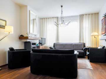 Viele Sitzmöglichkeiten im Wohnzimmer