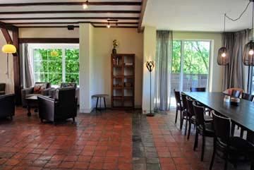 Esstisch und Zugang zur Terrasse