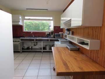 Die gut ausgestattete Küche im Ferienhaus Ellemeet