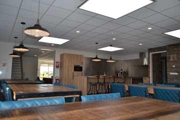 Der große Speise- und Aufenthaltsraum mit Blick zur Küche