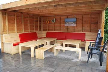 Möblierter und überdachter Außensitzbereich