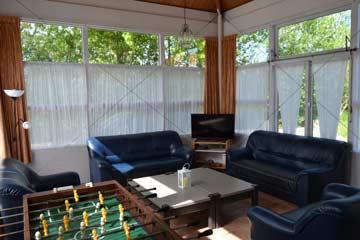 Wohnzimmer mit TV und Tischkicker