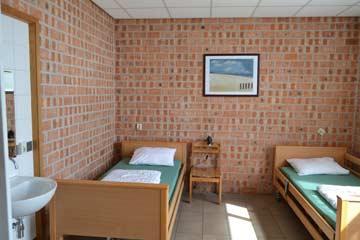 Blick in ein Schlafzimmer mit 2 Pflegebetten