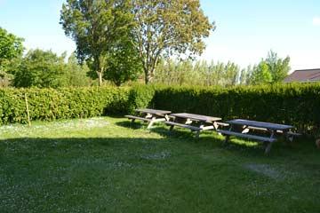 Garten mit Außensitzplatz beim Gruppenhaus
