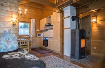 Ferienhaus Mölltal - Wohnraum mit Schwedenofen und offener Küche