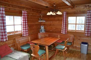 in der Wohnküche - falls der Tisch zu klein ist, kann man noch einen Tisch aus den Schlafzimmern hinzustellen
