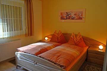 Schlafzimmer 1 im EG: Doppelbett + Sat-TV