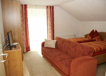 Schlafzimmer 3 im DG: Doppelbett + Sat-TV + Balkon (Zustellbett mgl.)