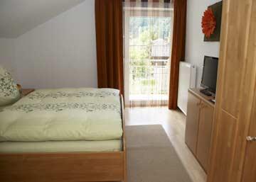 Schlafzimmer 4 im DG: Doppelbett + Sat-TV + Balkon
