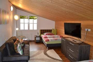 Schlafzimmer 3 mit Schlafsofa (links, ausklappbar) und einem der extrabreiten Einzelbetten und TV