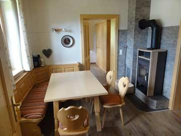 Esstisch und Schwedenofen in der Wohnküche
