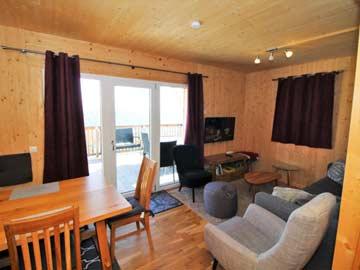 Esstisch und Sofaecke im Wohnraum