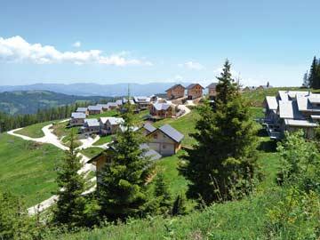 Blick auf die Ferienhäuser am Klippitztörl