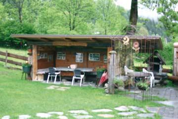überdachter Sitzplatz mit Grill im Außenbereich