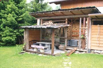 weiterer Sitzplatz mit Grill im Außenbereich