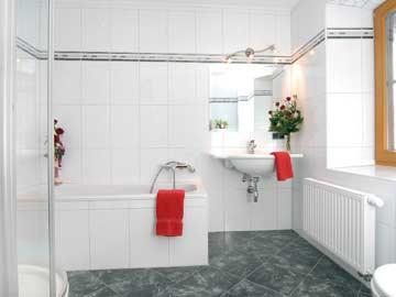 großes Badezimmer im OG
