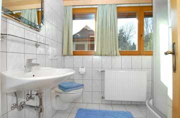 eines der drei Badezimmer im DG