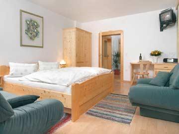 das 2-Bett-Zimmer mit Doppelbett im OG