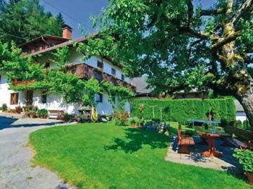 Ferienhaus Hermagor im Sommer - Grillplatz vor dem Haus