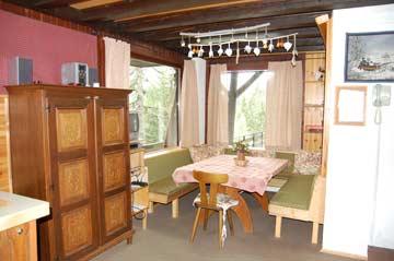 großer Esstisch in der Hüttenstube