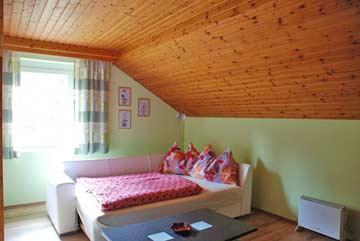 Kombiniertes Wohn-/Schlafzimmer mit Doppelschlafsofa ....
