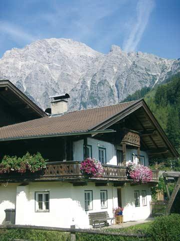 das Ferienhaus Leogang im Sommer vor der atemberaubenden Kulisse der Leoganger Steinberge