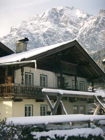 das Ferienhaus Leogang vor der atemberaubenden Kulisse der Leoganger Steinberge