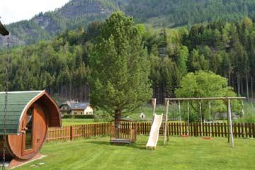 Garten um die Hütte mit Kinderspielplatz und Außensauna
