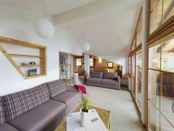 Sehr schöner Wohnraum mit Panoramaverglasung
