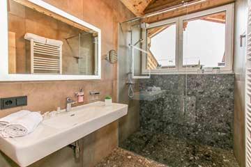 Blick in das Bad mit Dusche im OG
