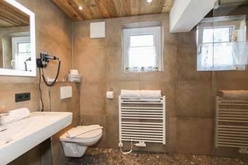 Blick in das Bad mit DU/WC im EG