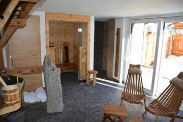 Ruhebereich vor der Saunahütte (finnische Sauna) und Blick herüber zur zusätzlichen Infrarotkabine