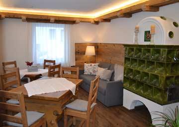 Blick in das schöne Wohnzimmer, die Esstische können auch als lange Tafel für die ganze Gruppe gestellt werden. Dem Fotograf hat aber diese Variante besser gefallen (oder auch nur mit einem Tisch wie auf den anderen Bildern)
