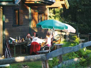 auf der Terrasse vor der Hütte