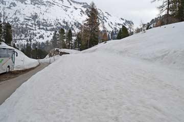 der Skiweg in Richtung Kehrkopfbahn (Aufnahme im April!)