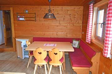 weiterer Esstisch in der Hüttenküche